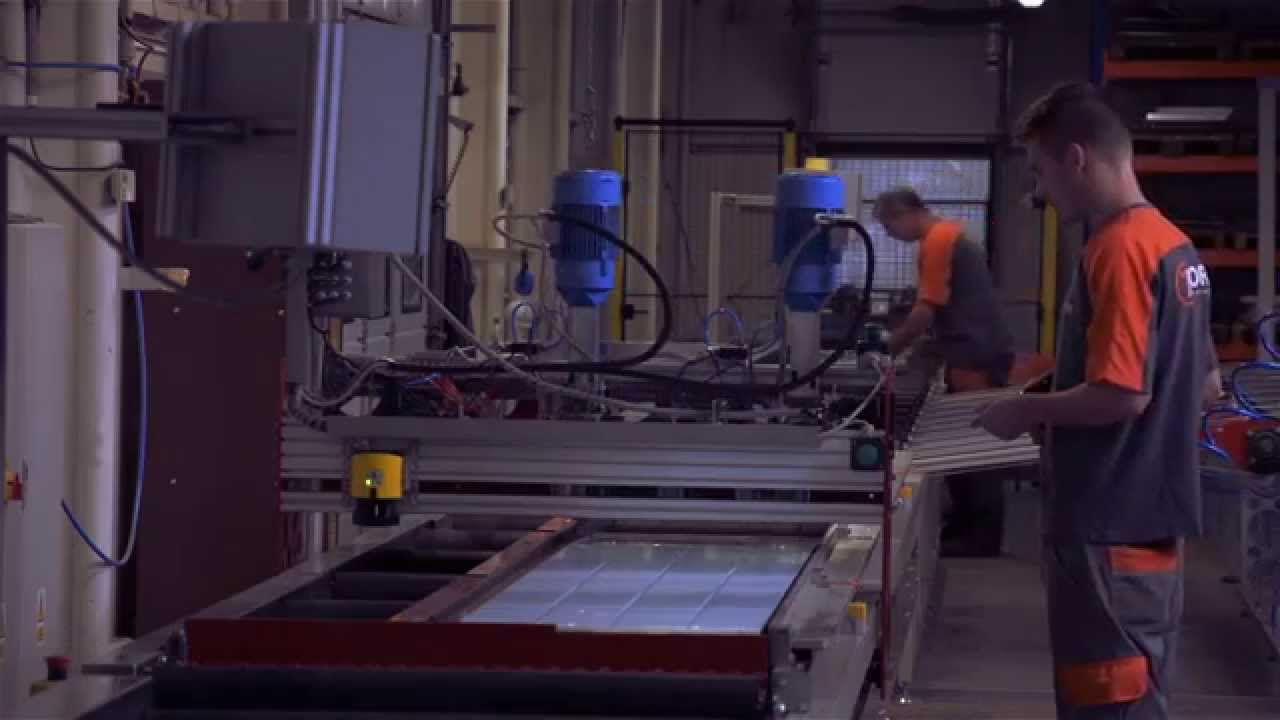 Toors employee operating production machinery