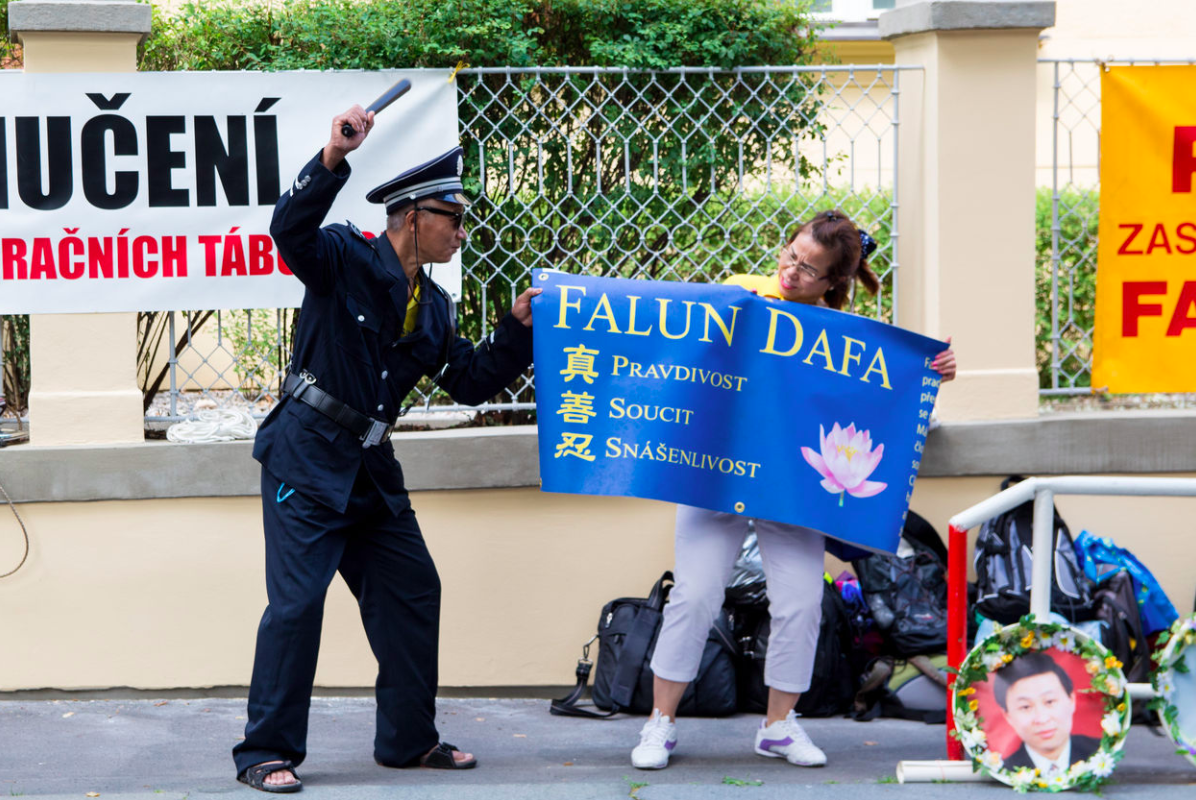 Falun Gong protest outside Chinese embassy in Prague